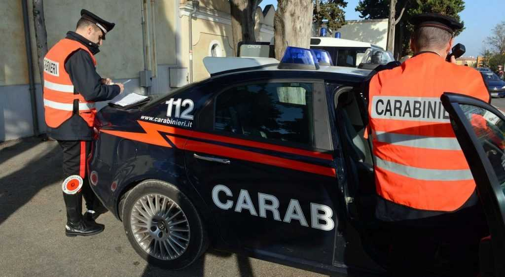 Sorpresa a rubare,sferra calci e pugni alla cassiera, poi aggredisce i carabinieri.