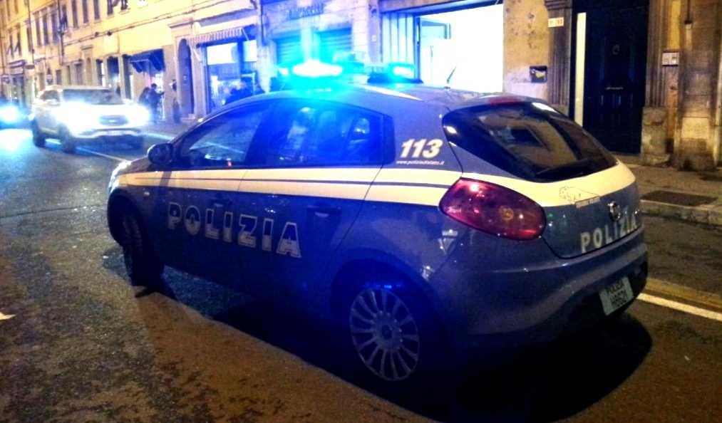 Nessun accoltellamento, Polizia e guardia di finanza. Ubriaco aggredisce i poliziotti
