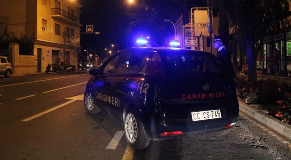 Minaccia i clienti di un bar e aggredisce i carabinieri