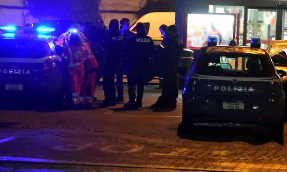 Una cascina in fiamme, i poliziotti salvano due senzatetto. I fatti sono accaduti questa notte in strada Caorsana.